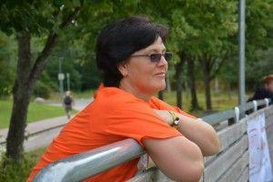 Liliana Midttømme, urmărind o partidă de fotbal, mulțumită și încântată de reușita proiectului