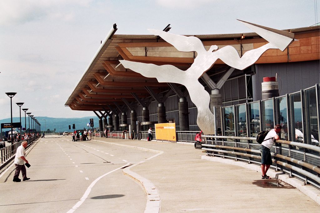 Oslo_Airport_departure_outside
