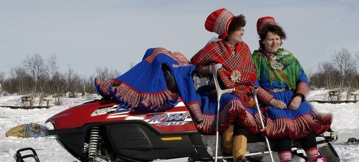 Femei din cultura Sami, îmbrăcate în costume tradiționale