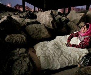 Tigani români dormind printre stânci, sub un pod. FOTO: Aftenposten
