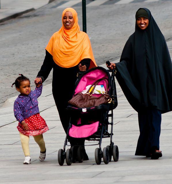 Aceste femei din Somalia se plimbă fericite în Oslo. Zâmbetul lor este dovada că se simt foarte bine făcând parte din diversitate (foto: Eric The Fish)