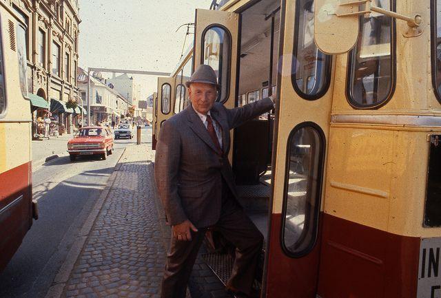 Un bărbat bine îmbrăcat care se urcă în autobuz în Trondheim. Privirea lui plină de energie merită puțin din atenția noastră. Fotografia a fost realizată în anul 1970 (foto din Arhivele din Trondheim)