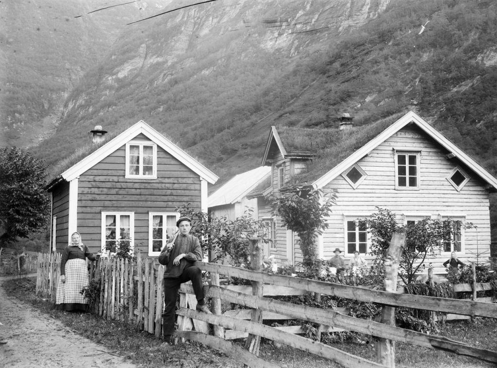 Doi țărani și case norvegiene din satele din perioada 1890-1900