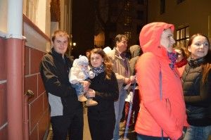 Părinți români din Stavanger, cu copil de câteva luni, la secția de votare din Oslo, 16 noiembrie 2014. Foto: Diana A Wight, facebook