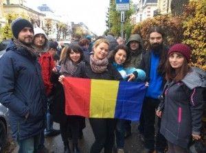 """Ioana Stan: """"Suntem un grup de români care lucrăm în Stavanger şi am luat avionul pentru a ajunge să votăm la Ambasada României din Oslo, situată la peste 550 de kilometri distanţă. Am luat bilete dus-întors cu preţ redus, pentru grup, ne-a costat circa 200 de euro, am luat trenul de la aeroport până în centrul capitalei Norvegiei"""". Sursa: Mediafax"""