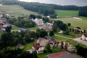 În centru se observa biblioteca și biserica. Pe insulă se află terenuri agricole, pădure și 80 de clădiri. Penitenciarul funcționează ca un sat care se autosusține economic.