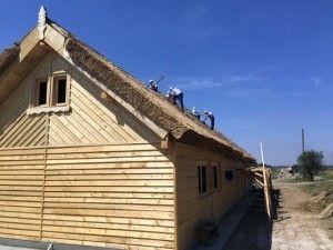 Casă ecologică și tradițională construită de deținuți, din chirpici de pământ, lemn și acoperită cu stuf